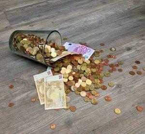 Pohár s peniazmi