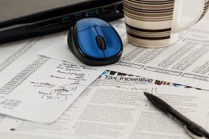 Počítačová myška a papiere s príjmom