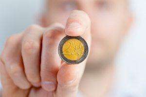 2 eurová minca v ruke